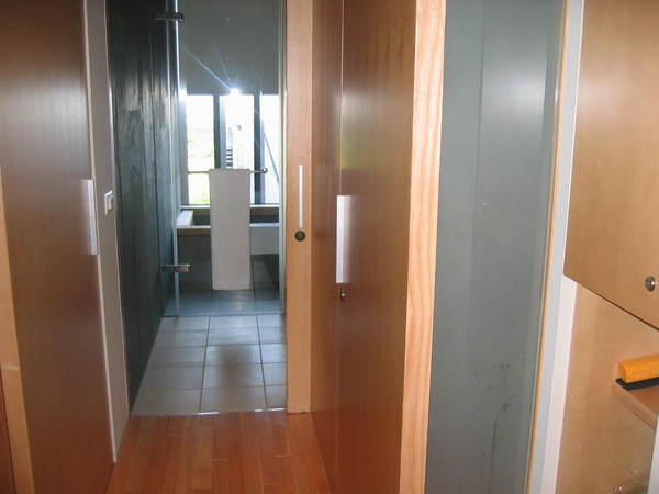 左邊是客廳+床,右邊是廁所,前面是乾溼分離的浴室
