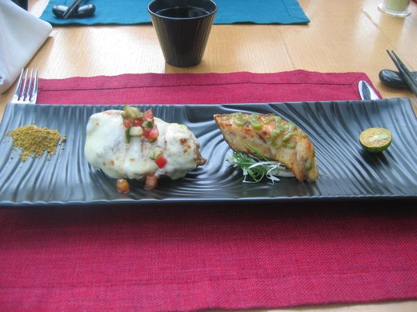 這個菜叫...太長了,記不起來(左邊是雞肉要沾咖哩粉,右邊是魚,要擠上幾滴金桔汁