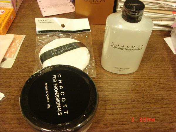 超大盒的CHACOTT蜜粉和粉撲、好用的卸妝液