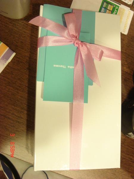 幫筠買的Samantha Thavasa皮夾,因為是訂婚禮品,請小姐幫我包裝起來