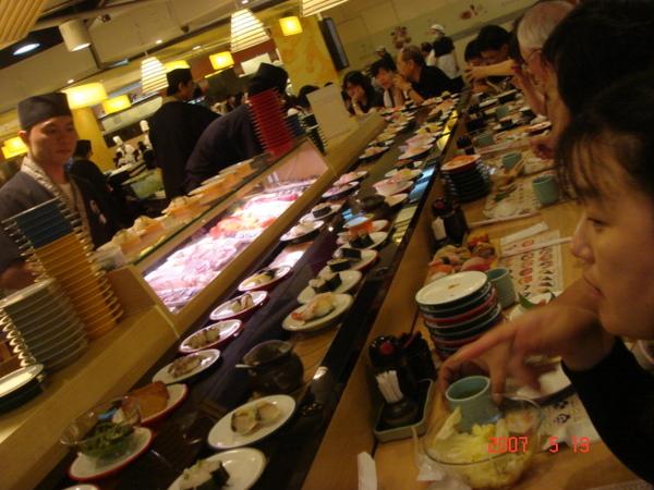 一盤盤的新鮮握壽司及小菜