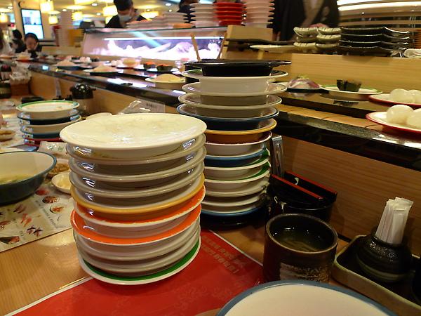 丸壽司是用盤子顏色計費的