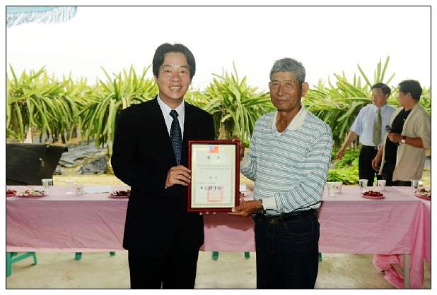 賴市長代表台南市政府頒發獎狀給獲獎農人 (复制)