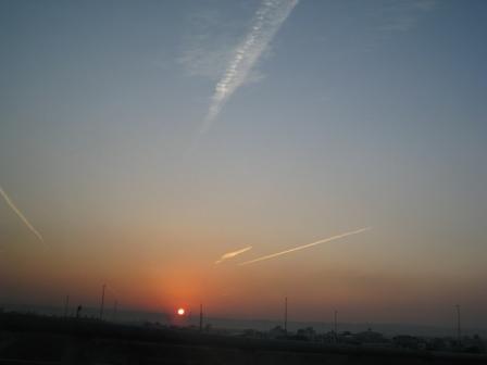 飛機劃過白雲.jpg