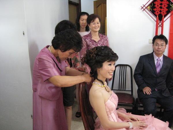 親家母為新娘帶金飾