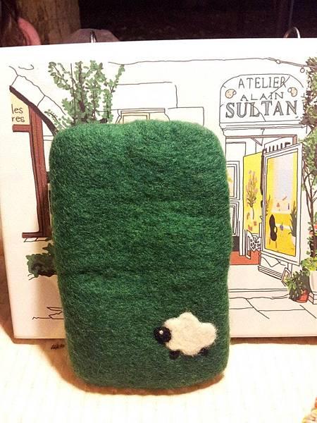 在草地上奔跑的羊手機袋NT450~600(依大小).jpg