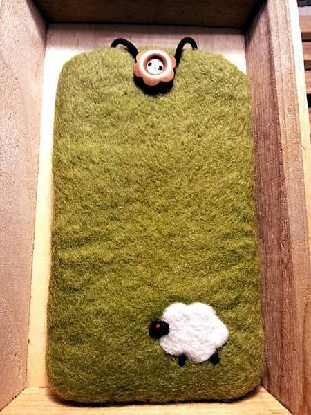 草地上的綿羊羊毛氈手機袋NT450~600(依大小).jpg