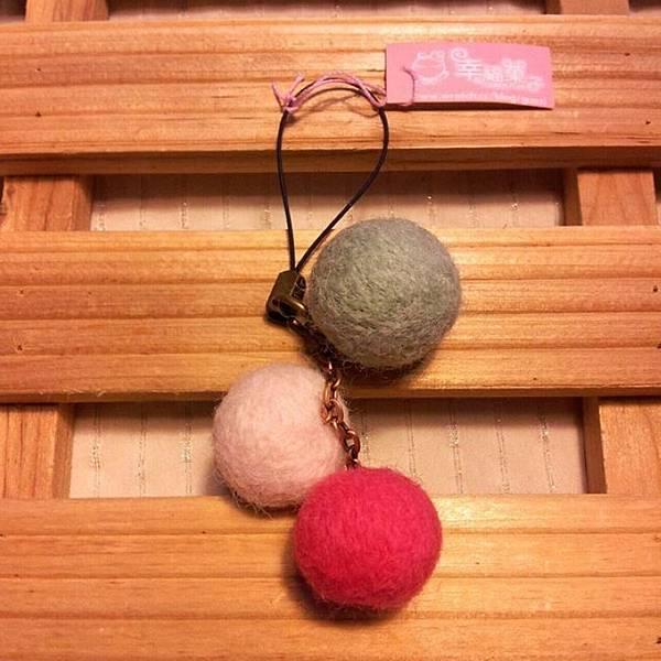 三球羊毛氈手機吊飾NT240.jpg