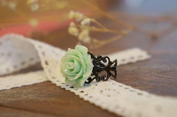 藍綠色玫瑰花戒指.JPG