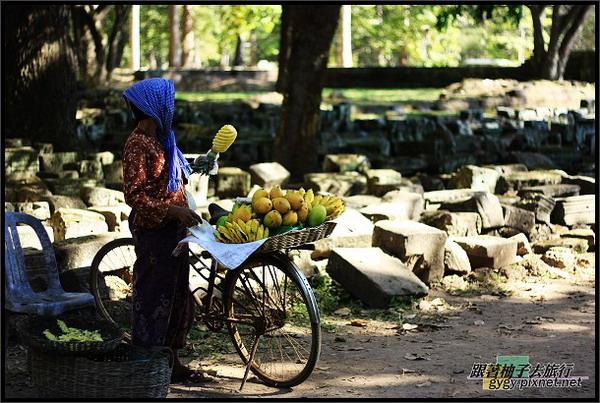 【大吳哥Angkor Thom 】辛苦賣水果的大姊.jpg