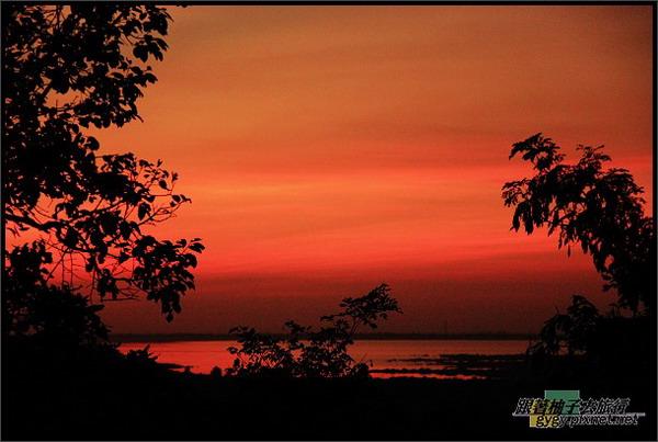 巴肯山日落的洞里薩湖.jpg