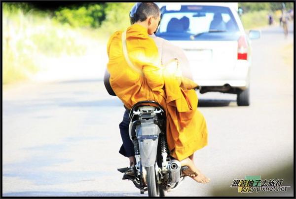 街上的僧侶.jpg