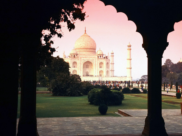 Architectural_Wonder,_Taj_Mahal,_India.jpg