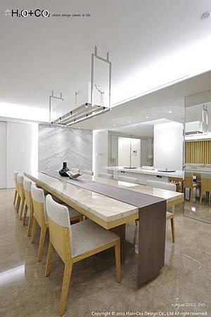 與中島吧台結合的餐桌,有助於備餐動線,也可增加容納客人的數...
