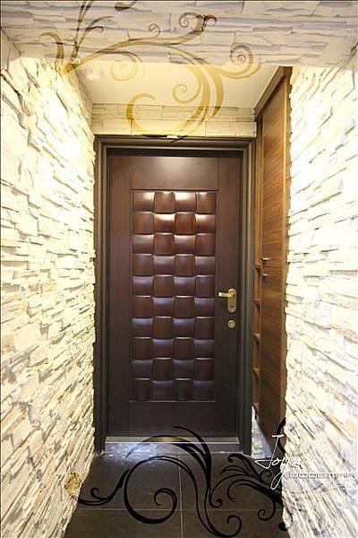 有別於其他梯廳中的門面,設計師選用文化石,並巧妙的將鞋櫃隱...