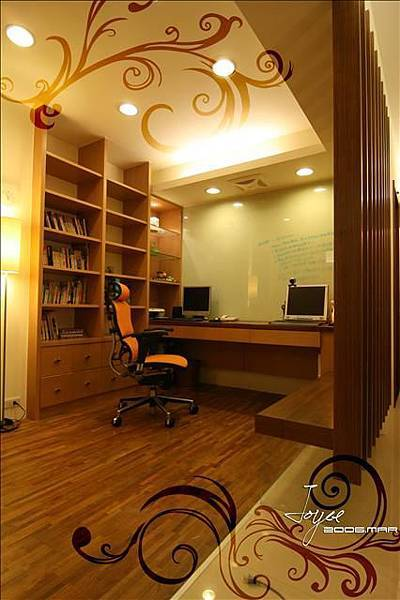 書房的背牆用白烤漆玻璃,做為可記事的貼心設計