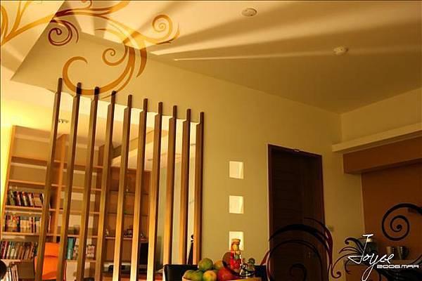 格柵的應用巧妙的搭配燈光的設計,可為夜間的天花板增加光影的...
