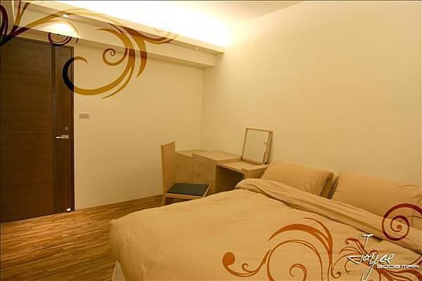 卡其色的床單配上柚木色的化妝檯,用現品家具製造空間的一致性