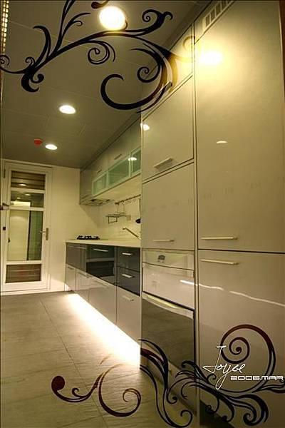 全套內崁量身訂作的廚具設計,更具整體性也方便使用喔!