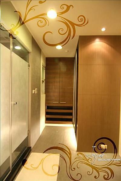 主臥更衣空間與衛浴的入口