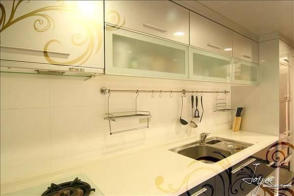 銀白色調水晶面板,加上白色人造石的搭配,讓廚房好清理視覺上...