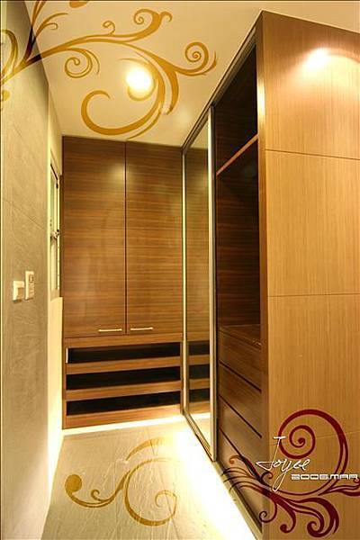 主臥衛浴的門口即是更衣空間,簡單的衣櫃造型下方也設計了間接...
