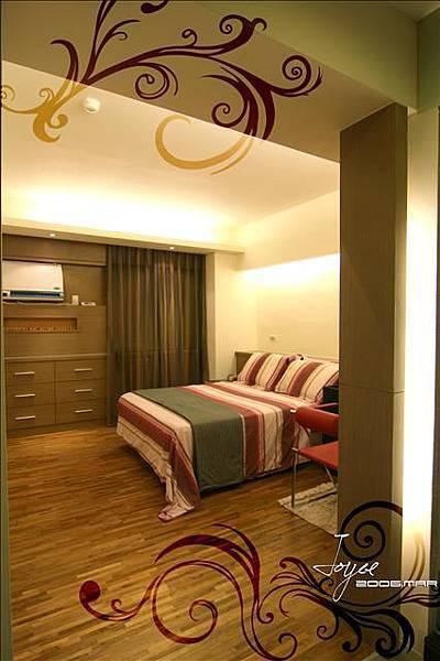 主臥室的入口以木作造型洗了簡單的牆面燈,以間接照明取代主燈...