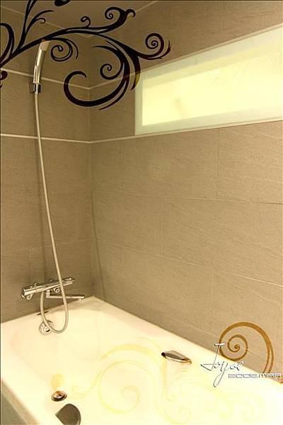 長型的氣窗可採光,也可上掀透風,取代一般浴室傳統氣窗的型式