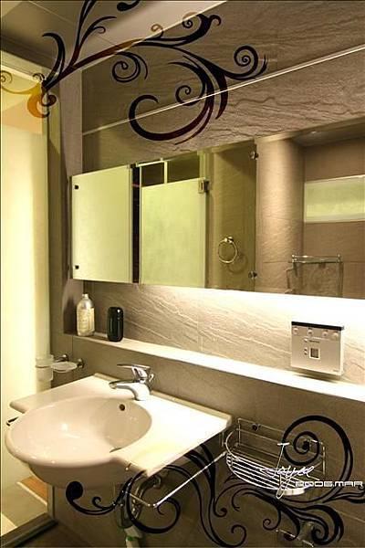 以銀白色為主調的主臥衛浴