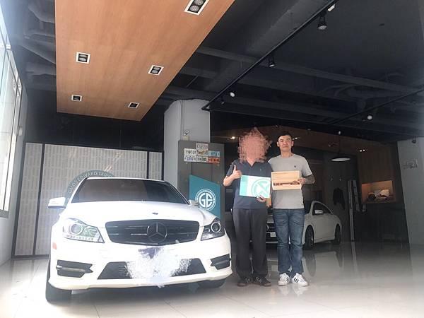 客戶為什麼推薦GE台北外匯車商呢?看看客戶領牌的笑容就知道了,這是參加外匯車團購代辦運車回台灣客戶的評價