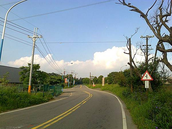 5.不久約1-3分鐘,會看到叉路,此時要左轉(往土雞城方向).jpg