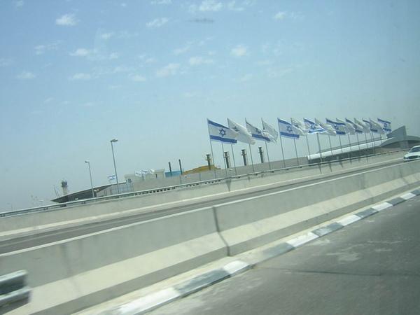 以色列高速公路上的國旗.jpg
