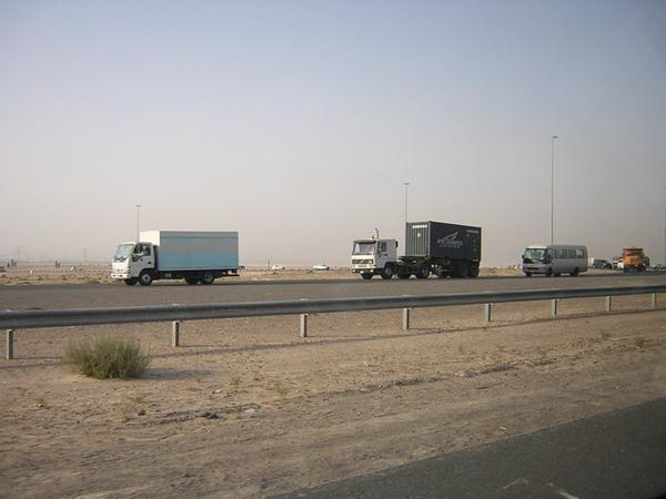 杜拜沙漠中的高速公路1.jpg