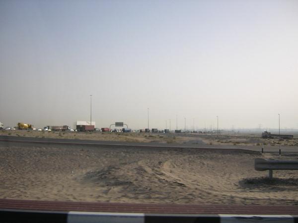 杜拜沙漠中的高速公路2.jpg