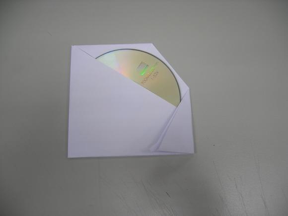 8將右下方往左摺,就是適合光碟片大小處摺起.jpg