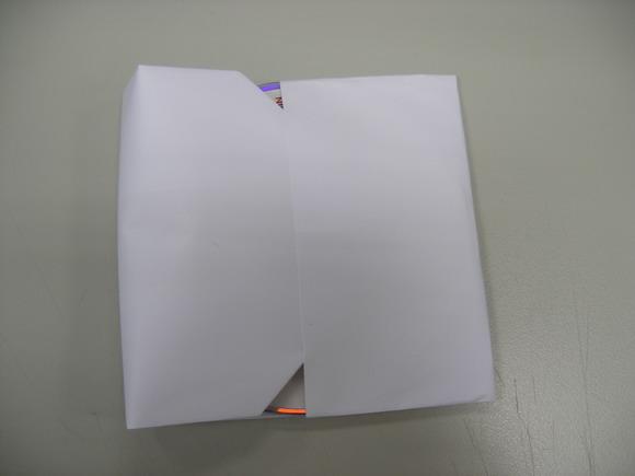 8將摺成三角狀的一端對摺插入包覆CD片.jpg