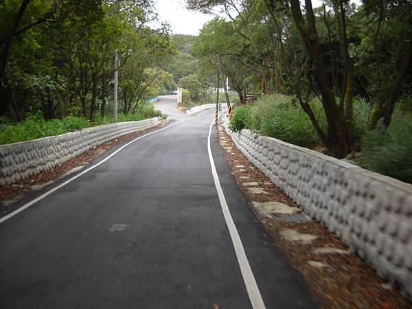 8.右轉後,會發現筆直的下坡路段,這裡就是適合自行車騎的車道開端(由公西騎到楓樹).jpg