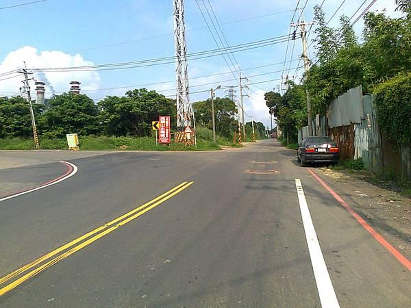 3.不多久會發現三叉路口,此時要左轉往土雞城方向,如直直騎下去是往環保公園.jpg