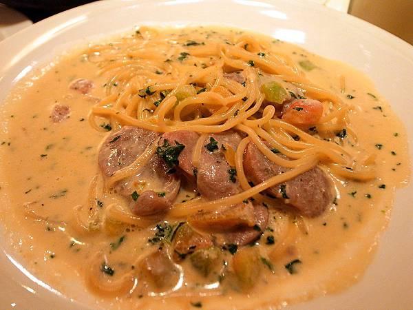 La pasta 義大利麵屋 蒜味奶油香腸義大利麵