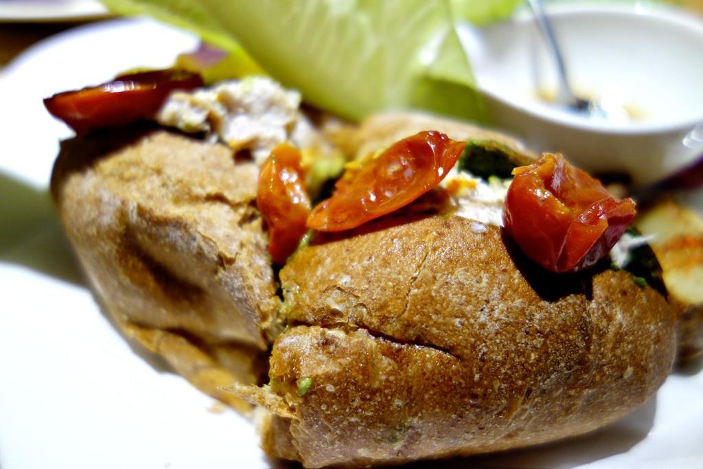 鮪魚堅果青醬風乾番茄三明治