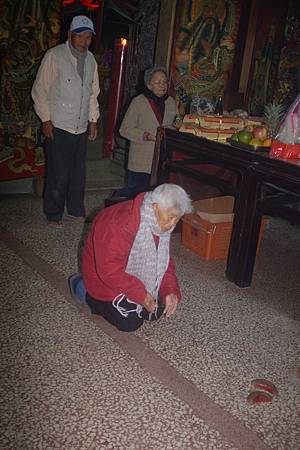 2014年12月4日雲林草湖鄭侯府迎五年王前一天叩謝神恩 (47).JPG