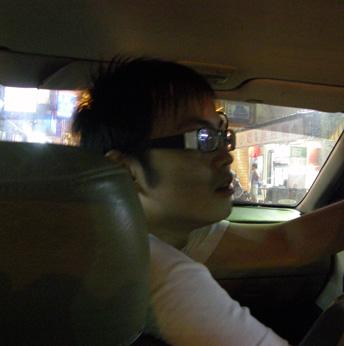 開車中的藍寶
