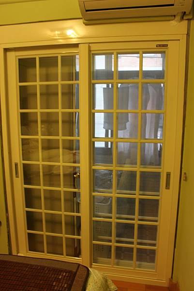 立農街周小姐-臥室-正新原廠JU1292複層強化格子隔音落地窗-牙白色