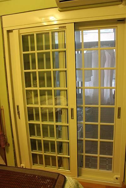 立農街周小姐-正新原廠JU1292複層雙強化格子隔音落地窗-+上方管鑄供冷媒管通過減低隔音影響-牙白色