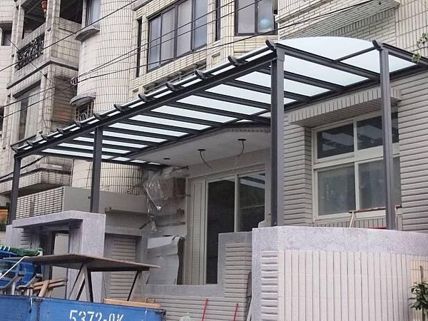鐵灰砂色三合一型白膜膠合玻璃屋雨棚-行義路-顧先生-