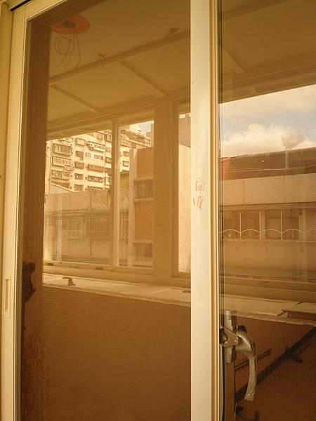客廳的正新大和器PL192型隔音橫拉落地窗