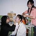 """兩位媽媽桑在幫旗下的""""女兒""""化妝"""