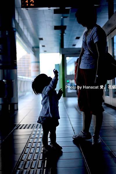 母女捷運站對望