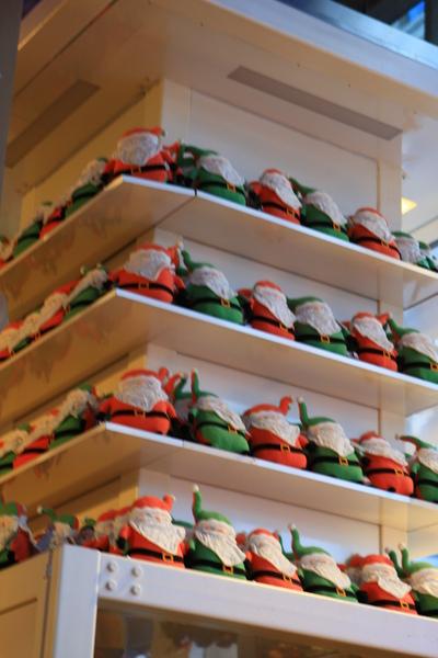 滿牆的聖誕老公公布偶裝飾