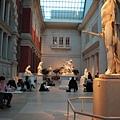 美術館內很多人都在專心畫畫